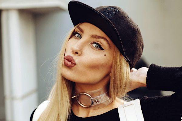 Zwarte Suede Uil Snapback Cap Model Shoot