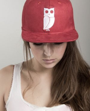 Rode Suede Uil Snapback Cap Model Shoot